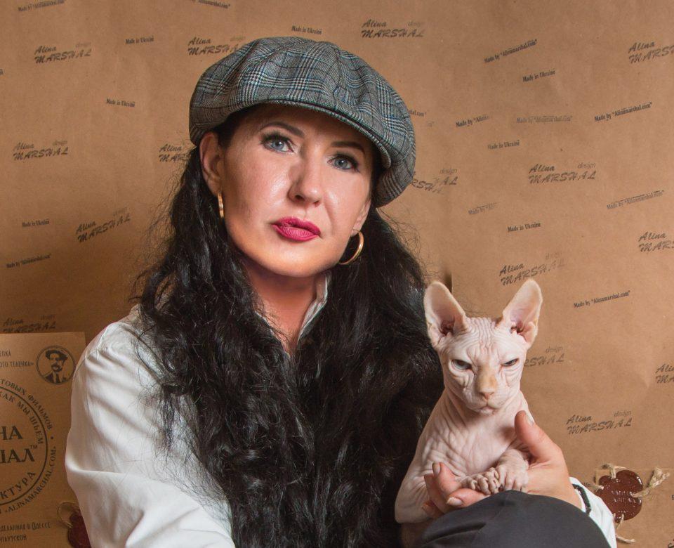 Алина Маршал с кошкой